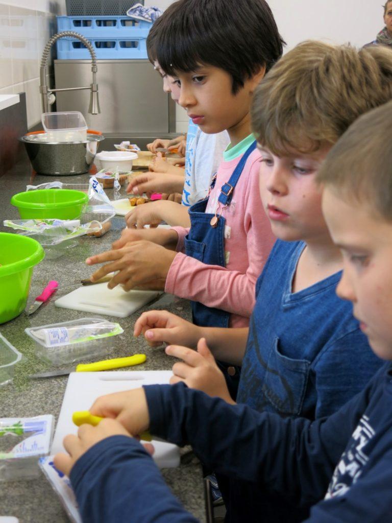 Schüler kochen in der neuen Schulküche