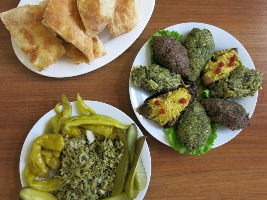 Teller mit Pkhali, Gemüse-Walnuss-Pasten