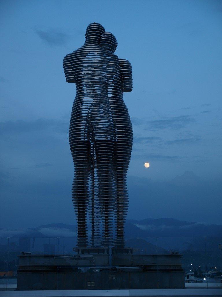 Skulptur Ali und Nino mit Vollmond