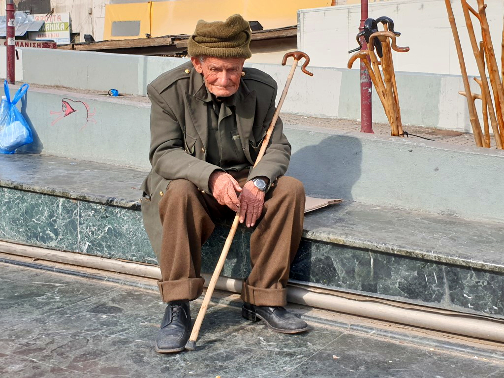 Alter Mann verkauft Spazierstöcke