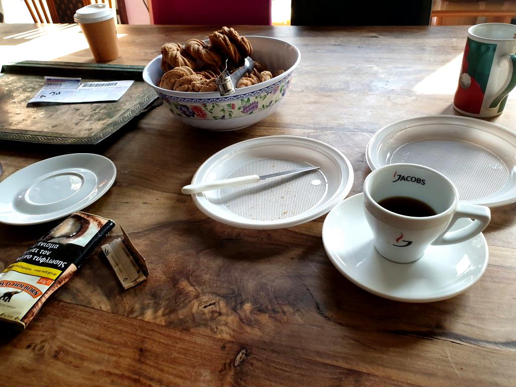 Tisch mit Kaffee und Zigaretten