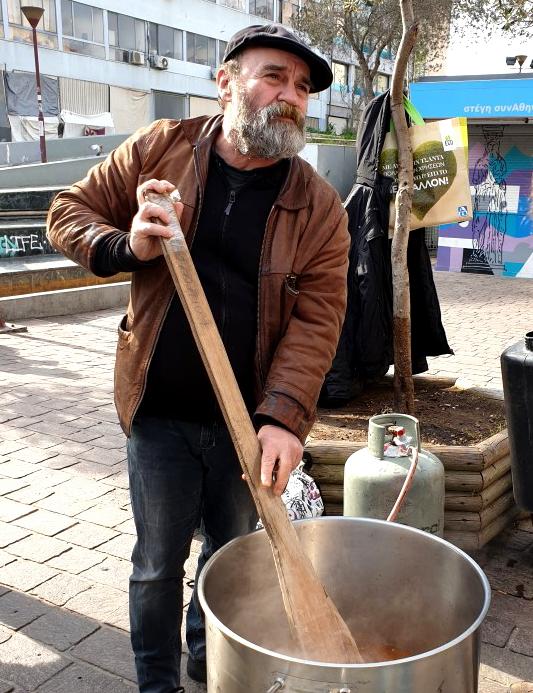 Kostas von O Allos Anthropos rührt im Suppentopf.