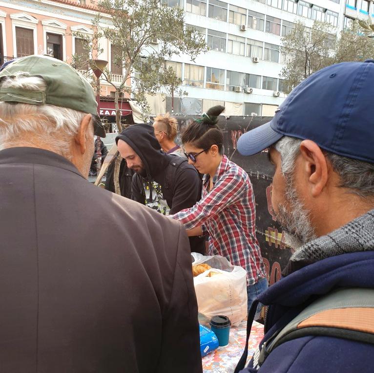 Freiwillige teilen Suppe aus
