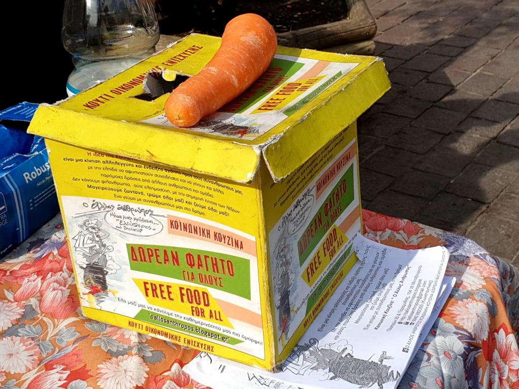 Spendenbox bei der Essensausgabe auf der Straße