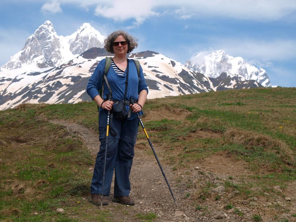 Autorin mit Wanderstöcken im Hohen Kaukasus