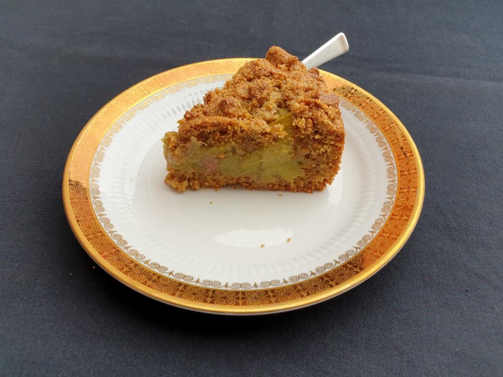 Stück Rhabarberkuchen mit Polenta auf Kuchenteller