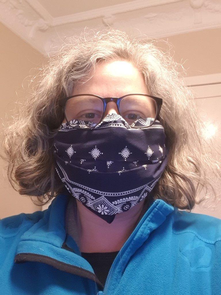 Selbst gefaltete Maske aus einem Tuch