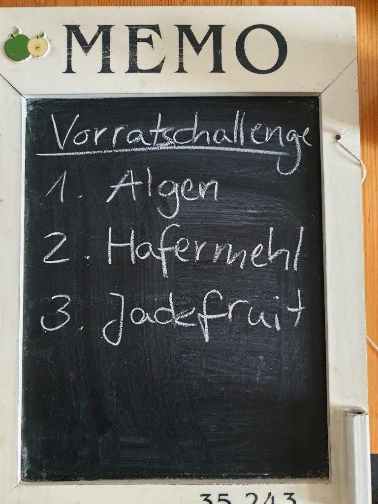 Tafel mit Beschriftung: Vorratschallenge, 1. Algen, 2. Hafermehl, 3. Jackfruit